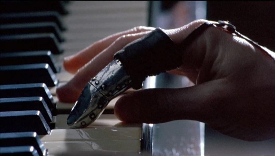 Fotograma de la película El piano con la mano y el dedo con prótesis